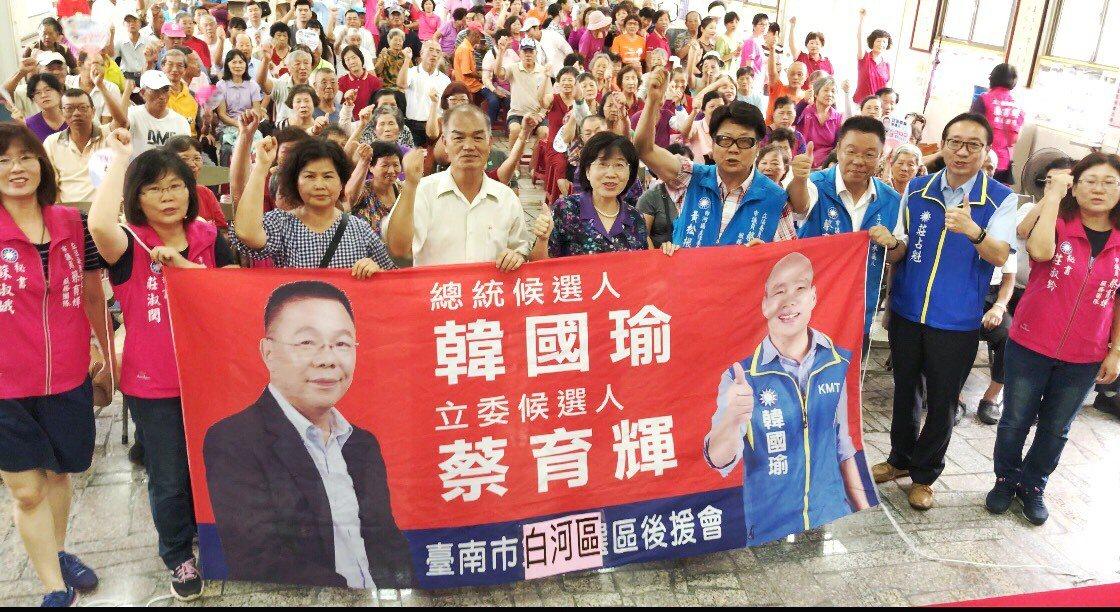 國民黨台南第一選區立委參選人蔡育輝今天推出和韓國瑜合影布條。記者吳淑玲/翻攝