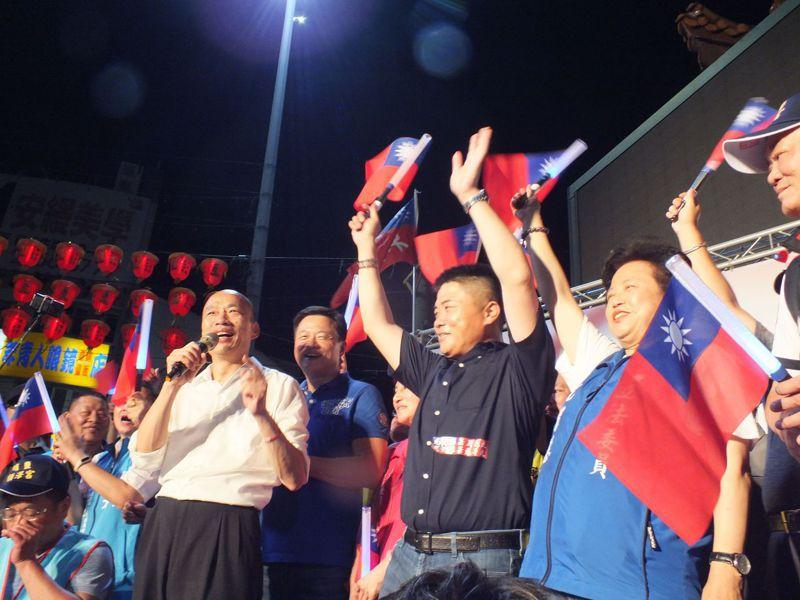 韓國瑜(左)昨狂掃台中廿一宮廟,晚上抵達最終站大甲鎮瀾宮。記者趙容萱/攝影