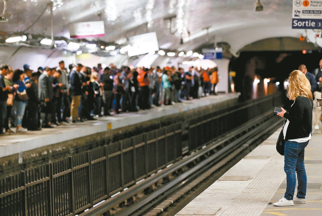 巴黎十六條地鐵線中有十條停擺,圖為巴黎北站的旅客大排長龍等車。 (路透)