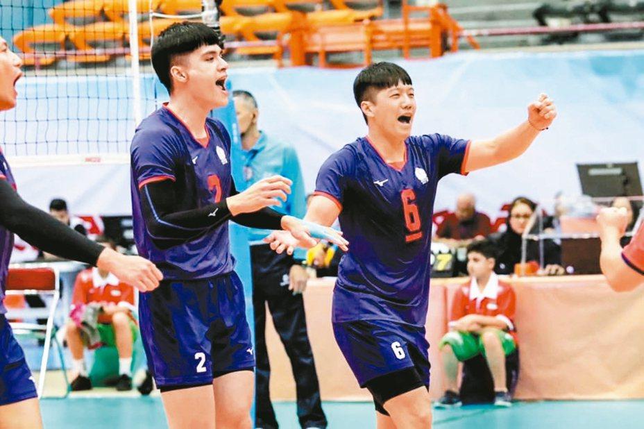 中華男排劉鴻杰(左)、隊長戴儒謙(右)為自己激勵喝采。 圖/取自亞洲排球聯合會臉書
