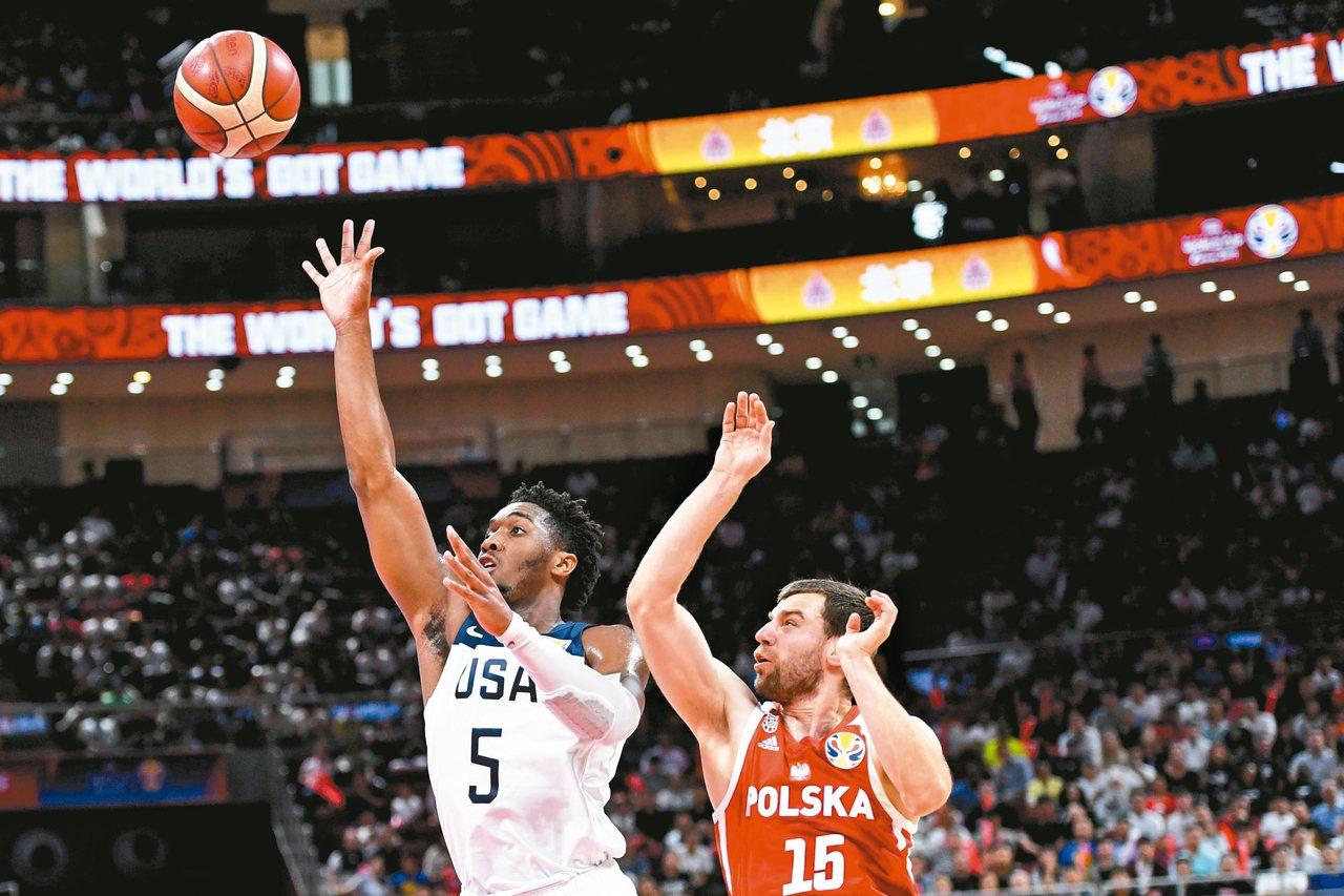 美國隊米契爾(左)跳投,他在世界盃男籃賽第七名之爭得十六分。 (新華社)