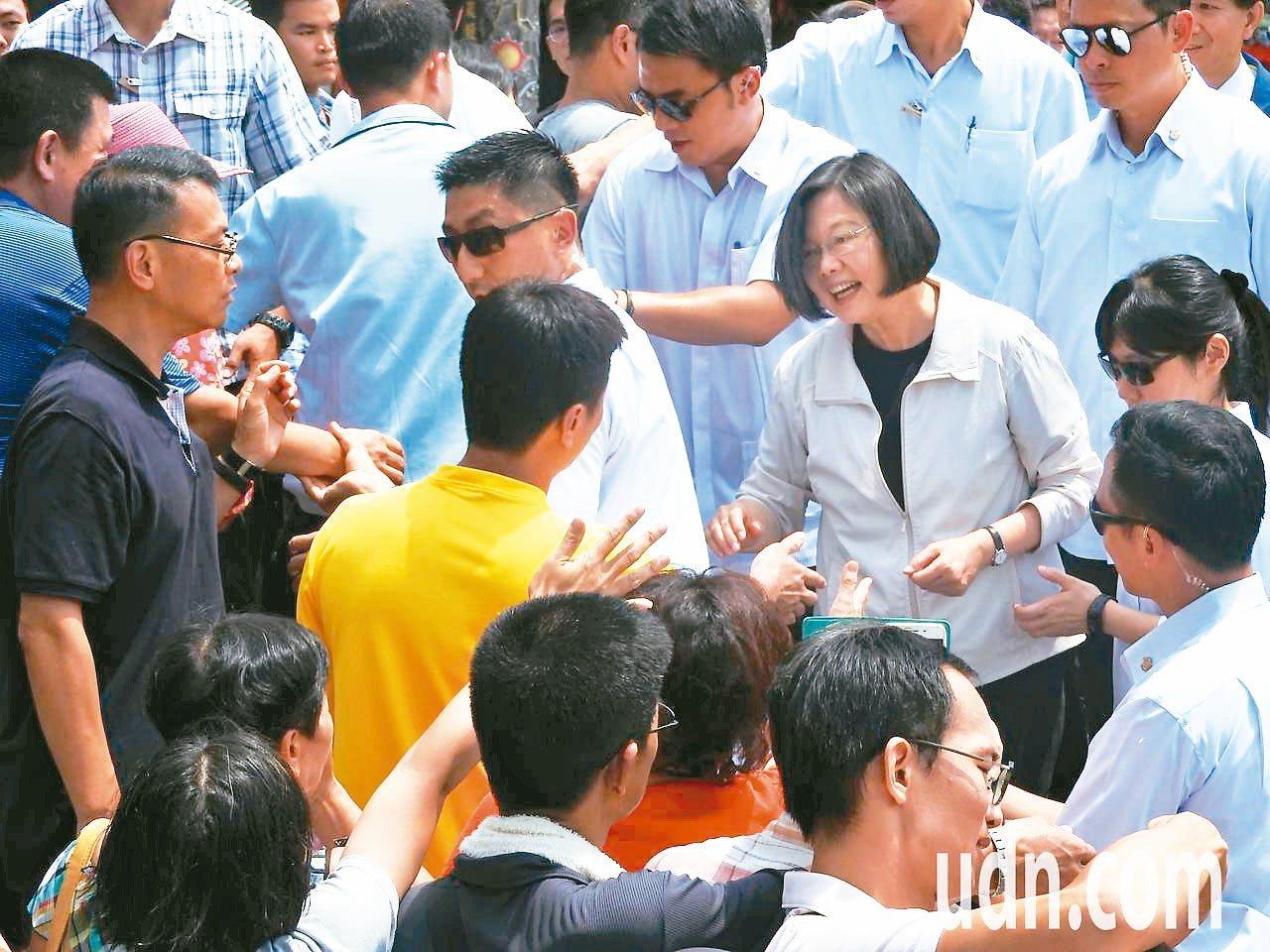 蔡英文總統九月以來連兩周到中台灣固票,強調明年是台灣民主自由的重要一戰。 圖/聯...