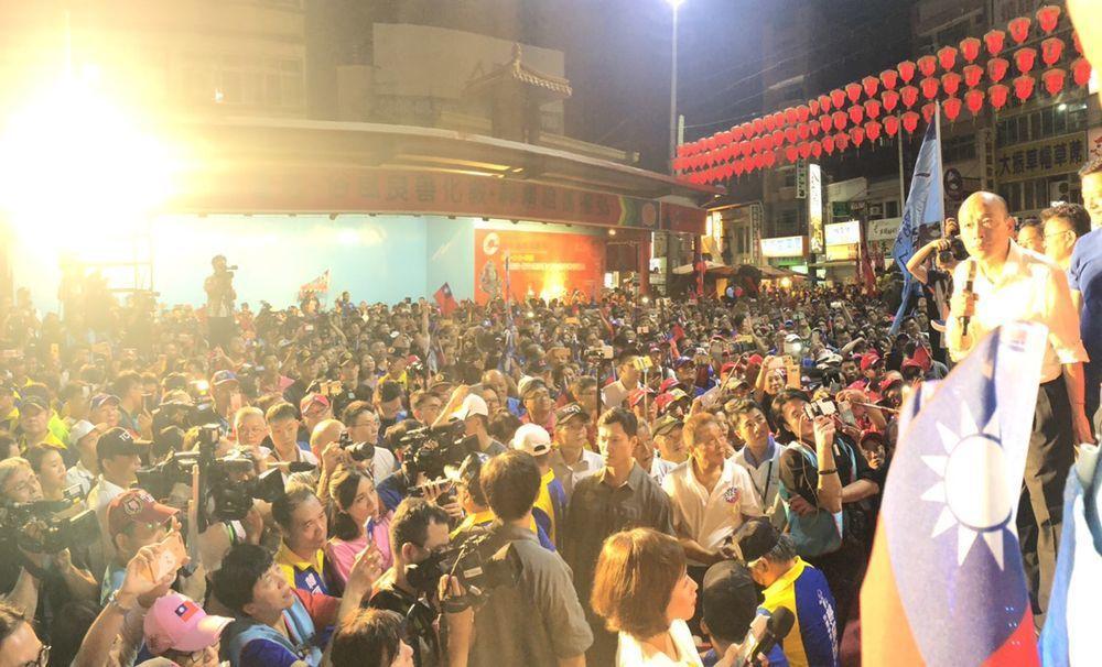 韓國瑜14日晚上到清水紫雲巖,遲到1小時,群眾仍爆滿。圖/張清照提供