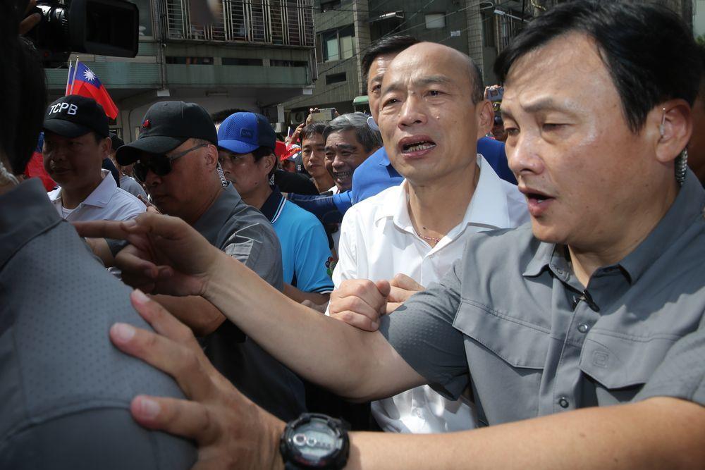 韓國瑜每到一處,下車隨即築起人牆,避免推擠。記者黃仲裕/攝影
