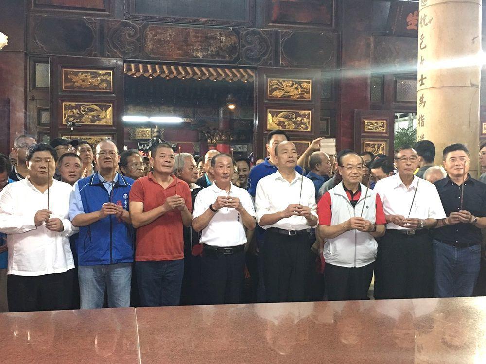 韓國瑜拜廟,台中紅黑4位議長、1位縣長陪他站一排。圖/張清照提供