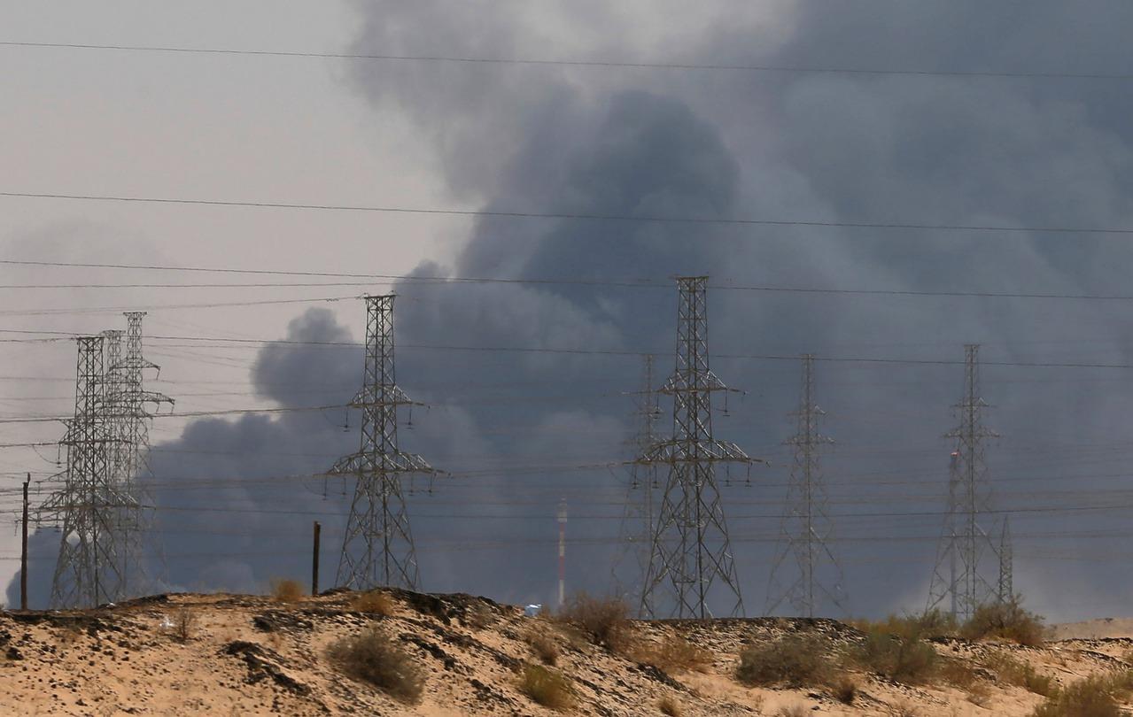 沙烏地阿拉伯兩處石油設施遭無人機攻擊,全球最大的煉油廠陷入火海。圖為阿國東部的阿...