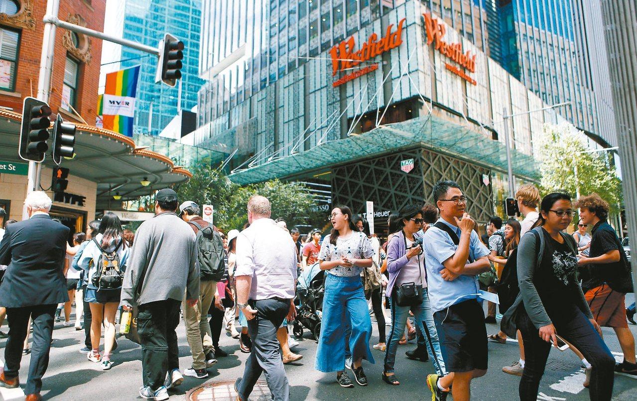 香港人最近對澳洲置產興趣大增,圖為雪梨商業區人潮。 路透