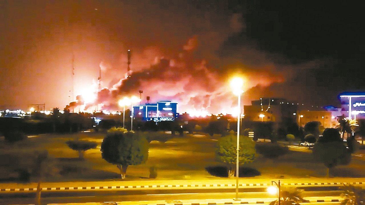 沙烏地阿拉伯國家石油公司阿布蓋格煉油廠14日遭無人機攻擊,引燃熊熊大火。 路透