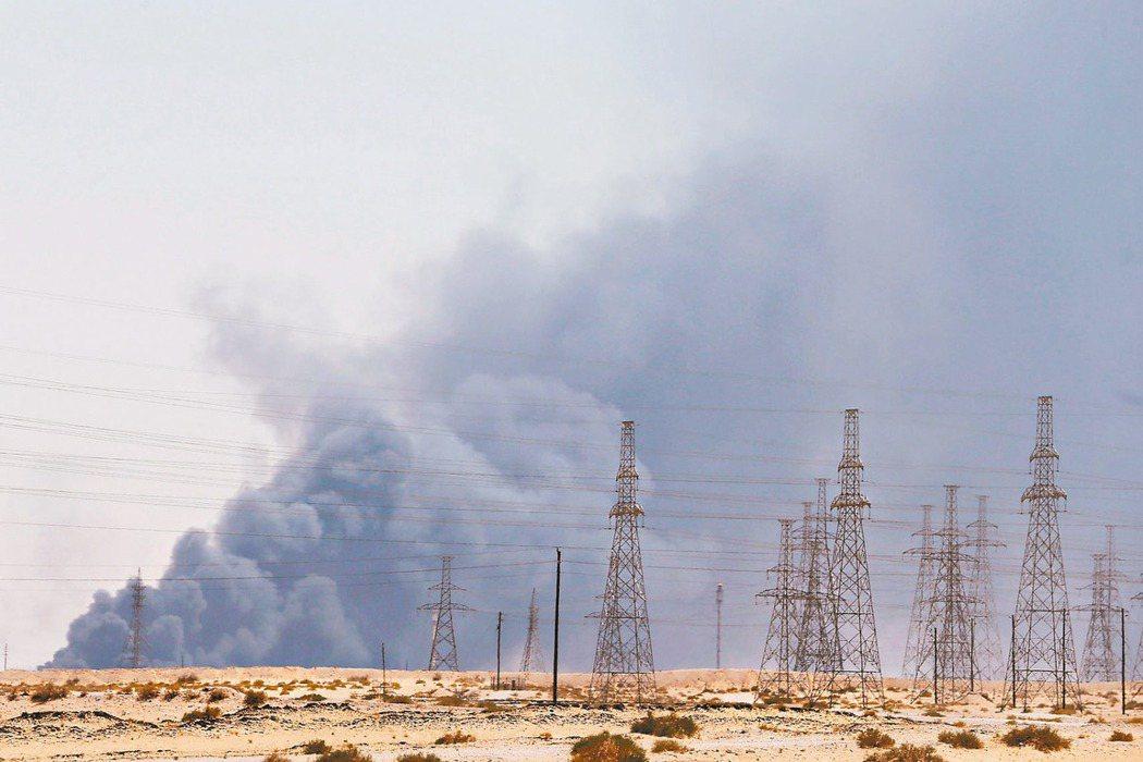 沙烏地阿拉伯國家石油公司阿布蓋格煉油廠及胡拉伊斯油田,14日遭無人機攻擊。 路透