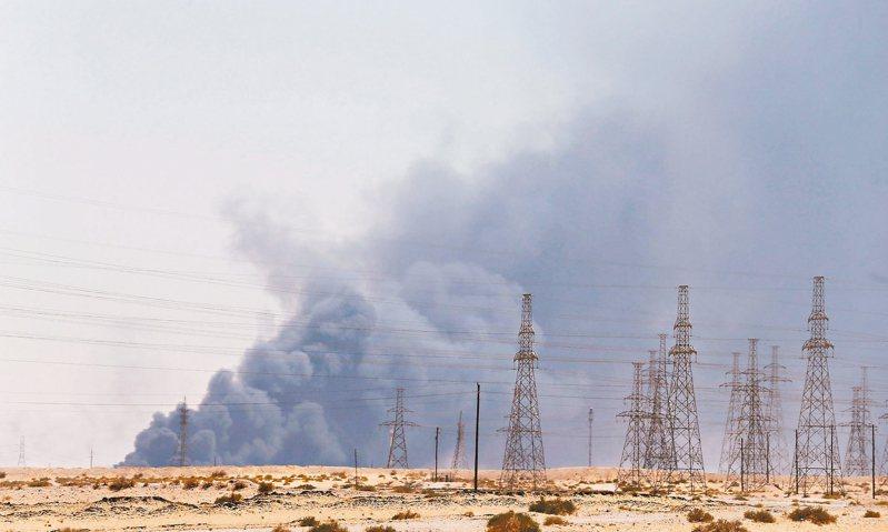 沙烏地阿拉伯國家石油公司阿布蓋格煉油廠及胡拉伊斯油田,14日遭無人機攻擊,導致原油產量大減570萬桶,占沙國每日產量五成。 路透