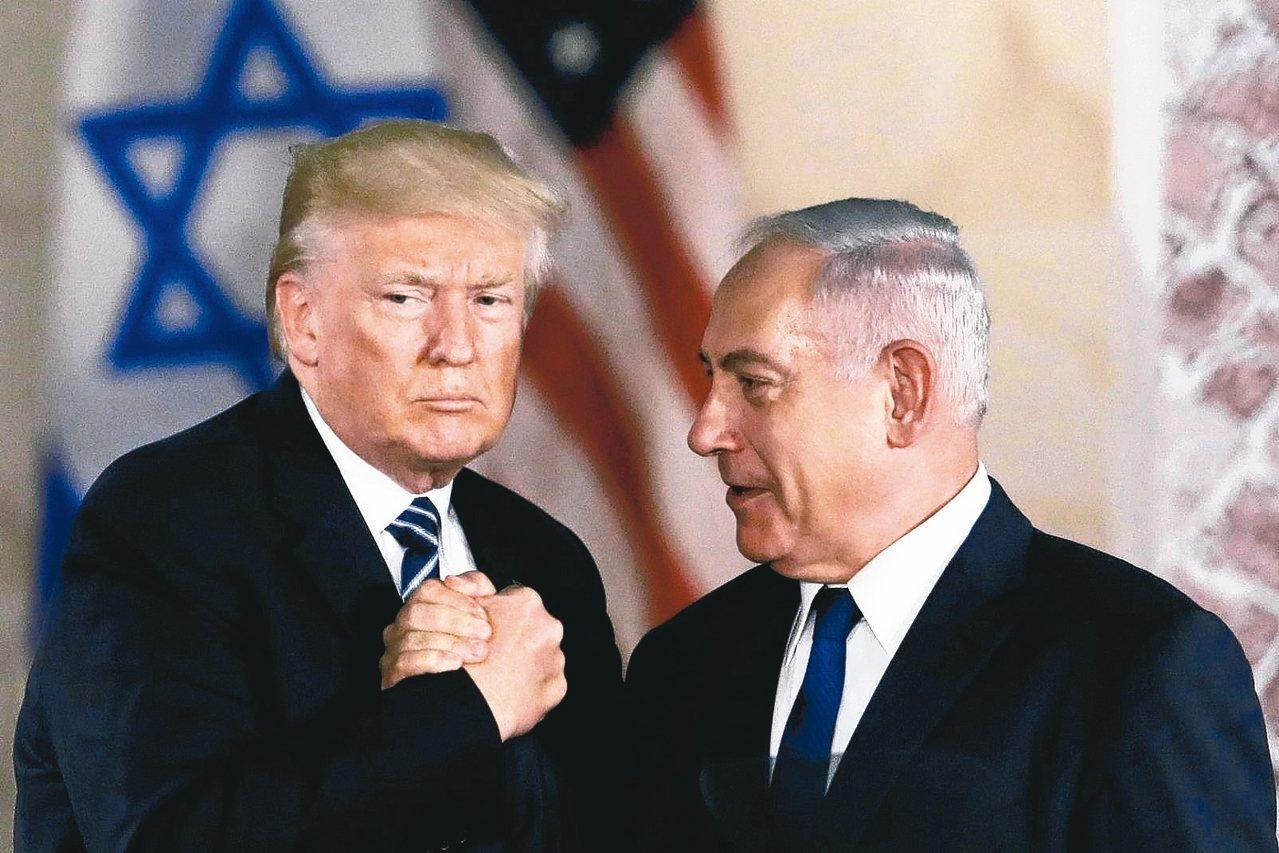 美國總統川普(左)14日表示,他已經與以色列總理內唐亞胡(右)通話,討論簽署共...