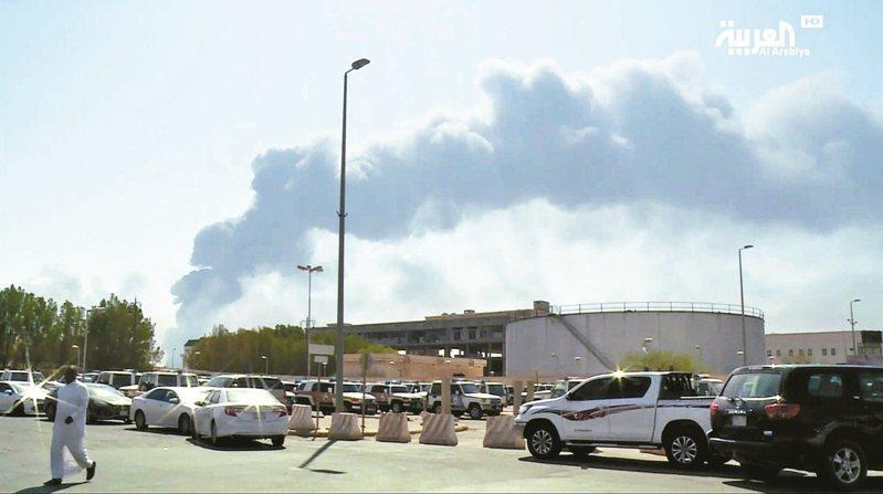 彭博分析,攻擊沙國煉油廠的舉動,是眾所畏懼。圖為阿布蓋煉油廠冒出陣陣黑煙。 美聯社