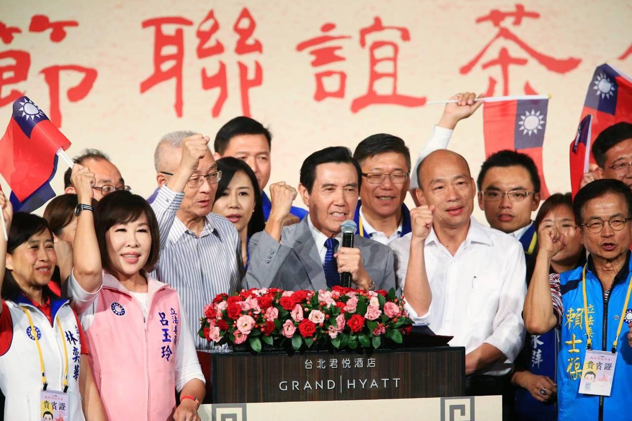 前總統馬英九(中)、高雄市長韓國瑜(右四)、國民黨主席吳敦義(左三)等下午一起出...