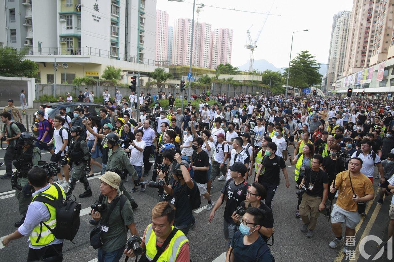 9月14日,數百人到九龍灣淘大商場揮舞國旗和唱國歌,與一批反例青年發生多次衝突,...