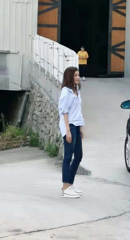 李嘉欣一身輕鬆的裝扮出現在橫店片場。 圖/擷自微博