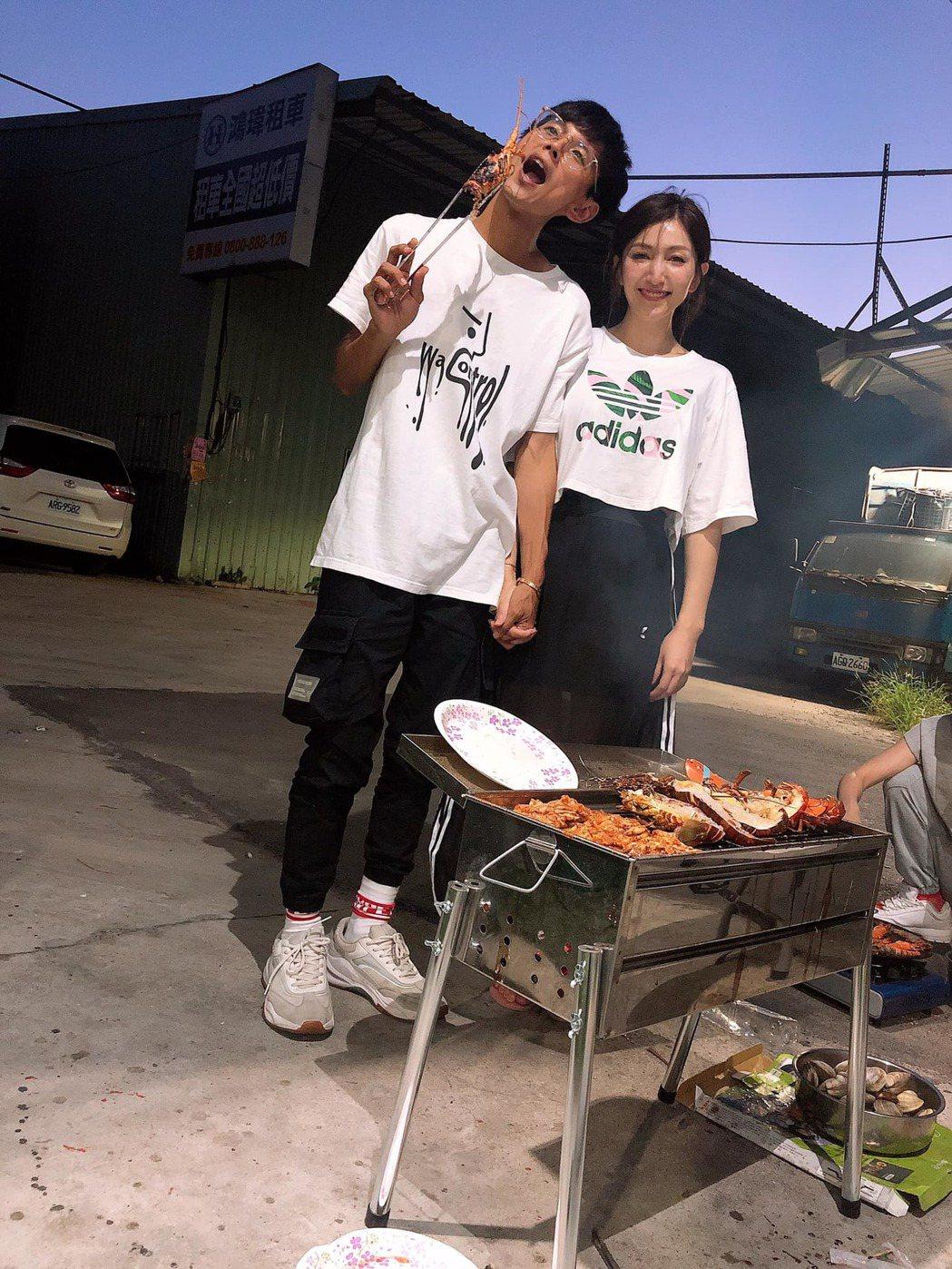 阿翔與老婆Grace手牽手烤肉。 圖/擷自Grace臉書