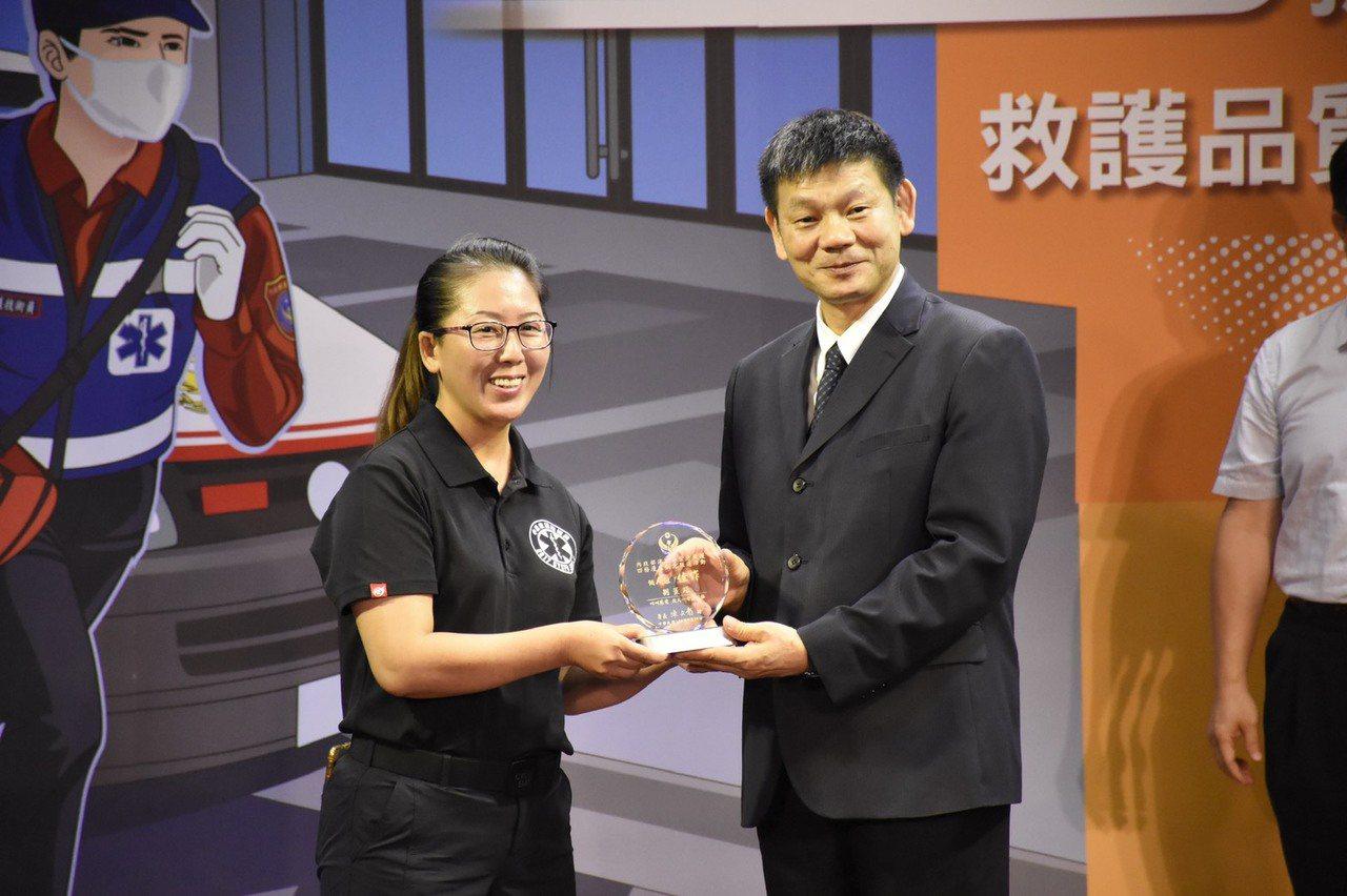 劉薰璟(左)急救漫畫宣導獲獎。記者卜敏正/翻攝