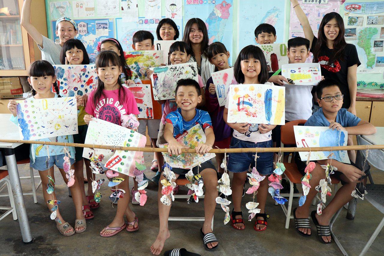 以「漁村裡的美術課」企畫獲得教育部青年發展署「青年鹿樂實踐家計畫」實踐獎金的溫佩...
