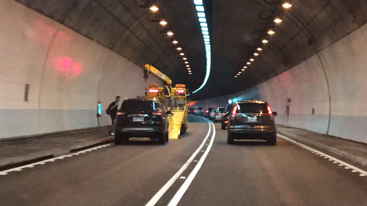 今天早上9時雪隧已回堵6公里,沒想到此時北上內側車道出現故障車,剩下一車道可通行...