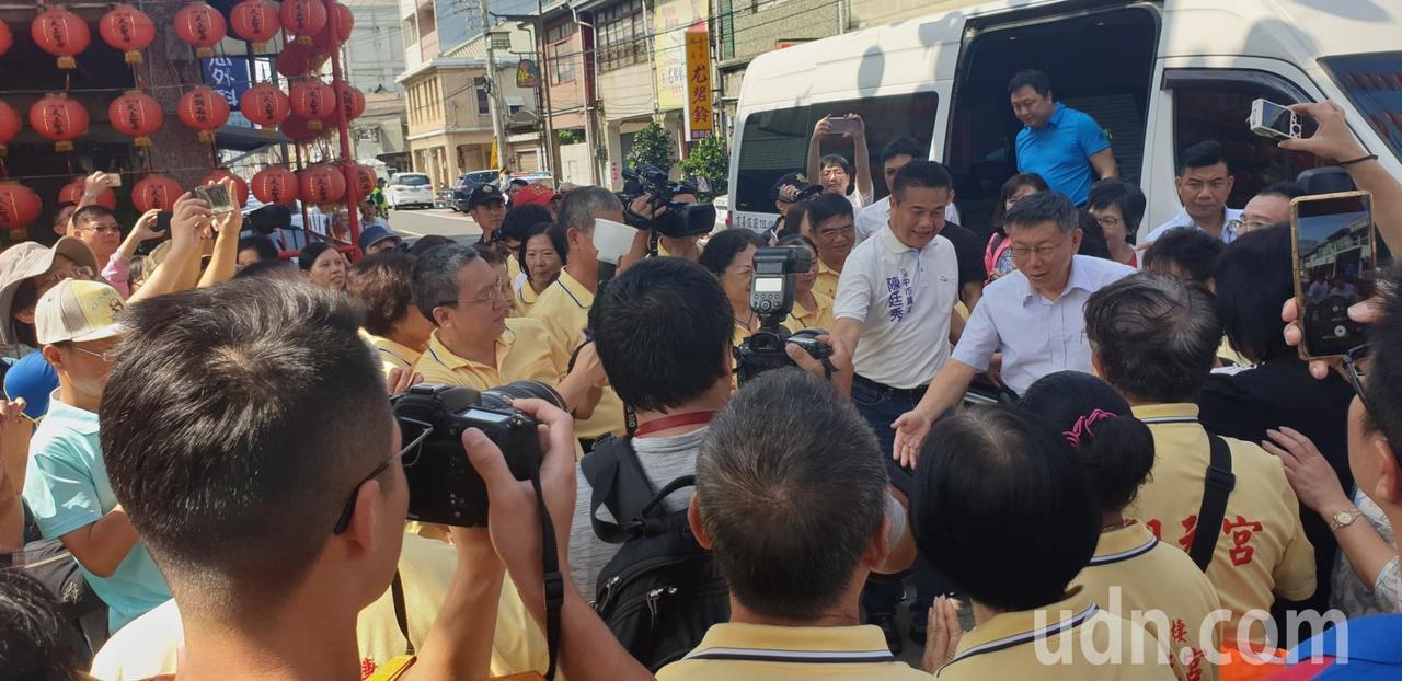 台北市長柯文哲夫妻今天到台中市梧棲區參拜宮寺廟。記者游振昇/攝影