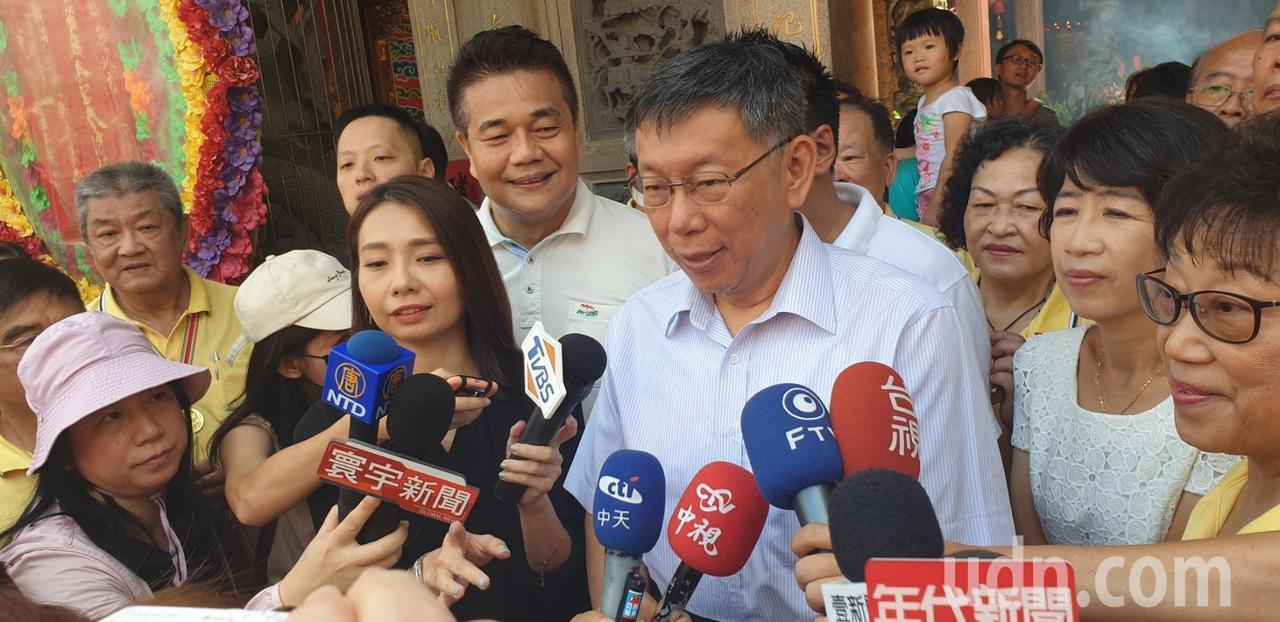 台北市長柯文哲今天到台中市梧棲區參拜宮寺廟。記者游振昇/攝影