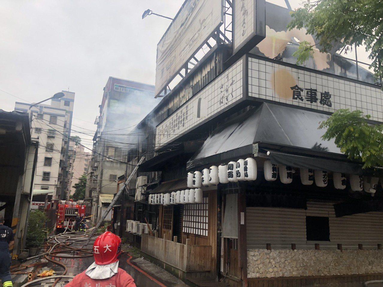 三峽區「八條壽司」餐廳火警的起火點在廚房,消防隊目前仍在現場處理殘火。圖/新北市...