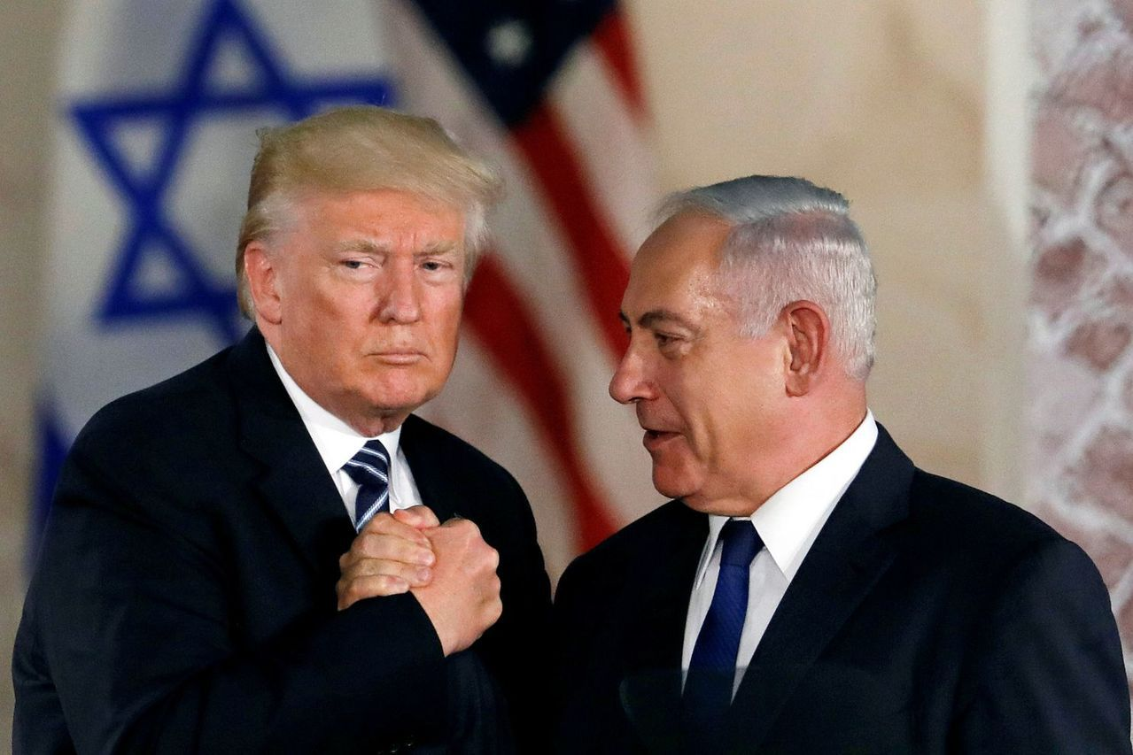 美國總統川普(左)14日表示,他已經與以色列總理內唐亞胡(右)通話,討論簽署共同...
