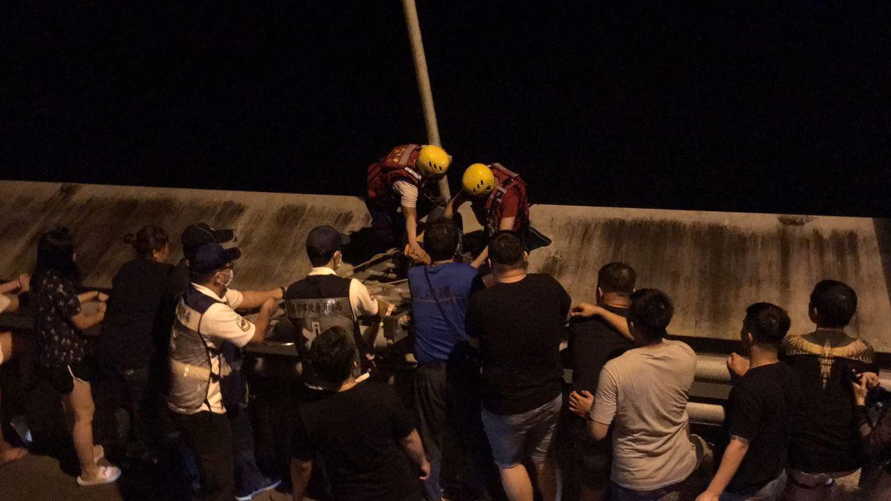 郭姓女子深夜闖入橋梁欄杆外平台,警消架梯救人。記者徐白櫻/翻攝