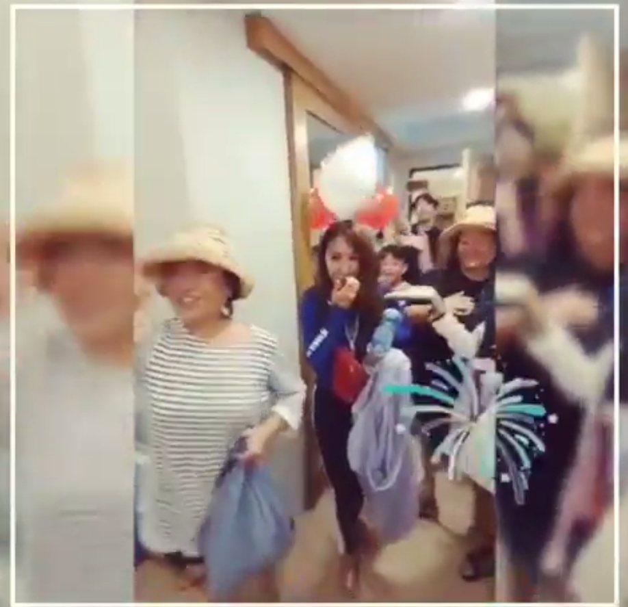 蔡依林(左二)分享跟家人們相聚慶生的時光。圖/摘自IG