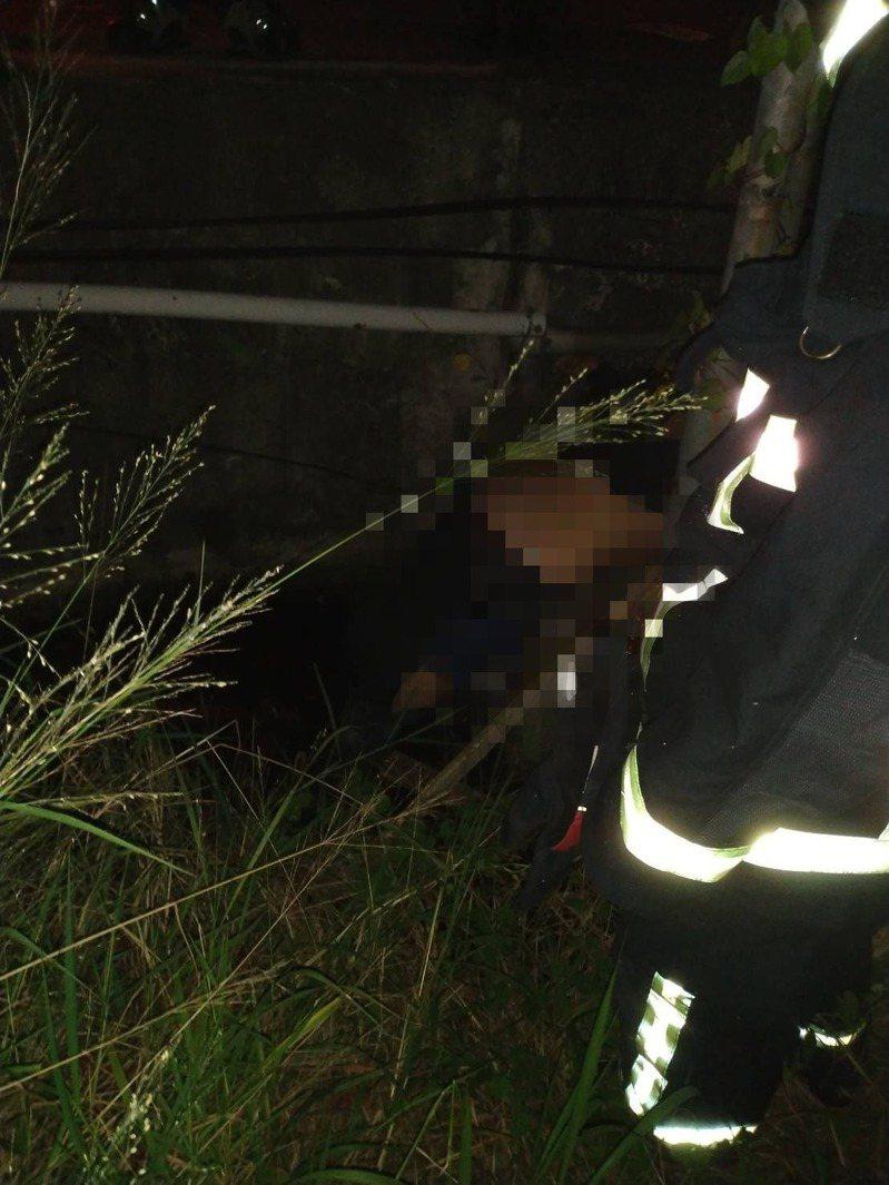 饒姓男子疑受車禍撞擊後,卡在電桿、溝渠間死亡。記者卜敏正/翻攝