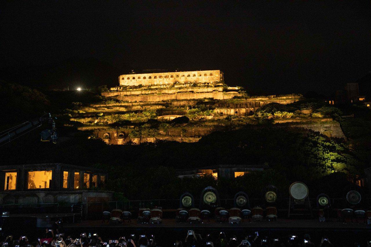 超美的!全台最大歷史建築「十三層遺址」台電中秋夜正式點亮。 圖/台電提供