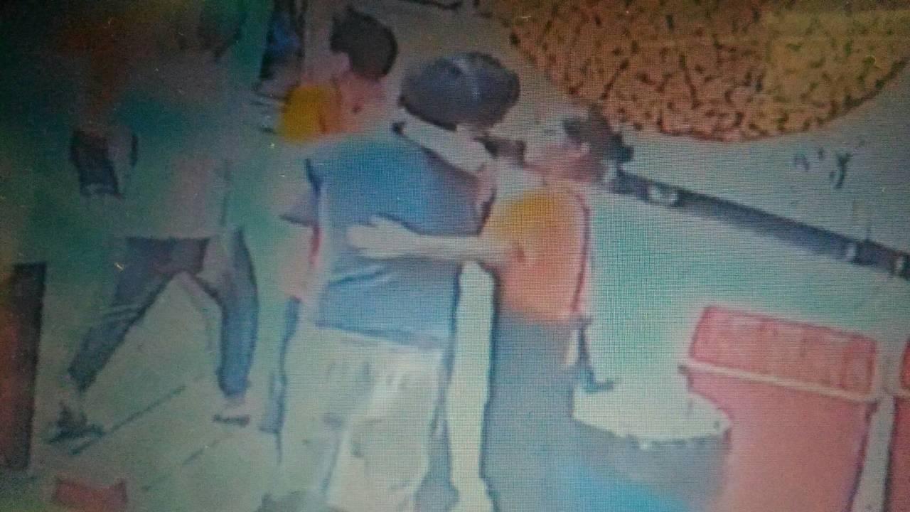 安平昨天發生男客(穿藍上衣)嫌蚵仔煎太慢上菜,涉嫌毆打14歲少年。圖/翻攝自爆料...