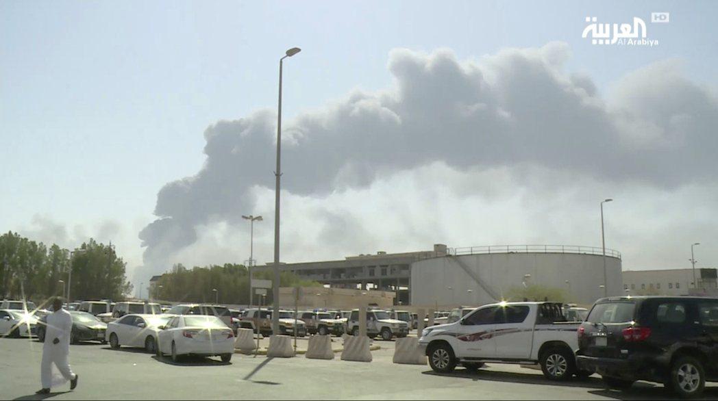 沙烏地阿拉伯衛星電視台14日公布該國阿布蓋格煉油設施遭攻擊後引發大火及濃煙畫面。...