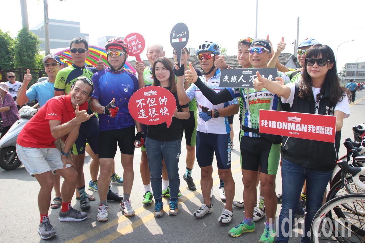 台灣鐵人今天號召車友騎車到順澤宮領冠軍帽。記者林敬家/攝影