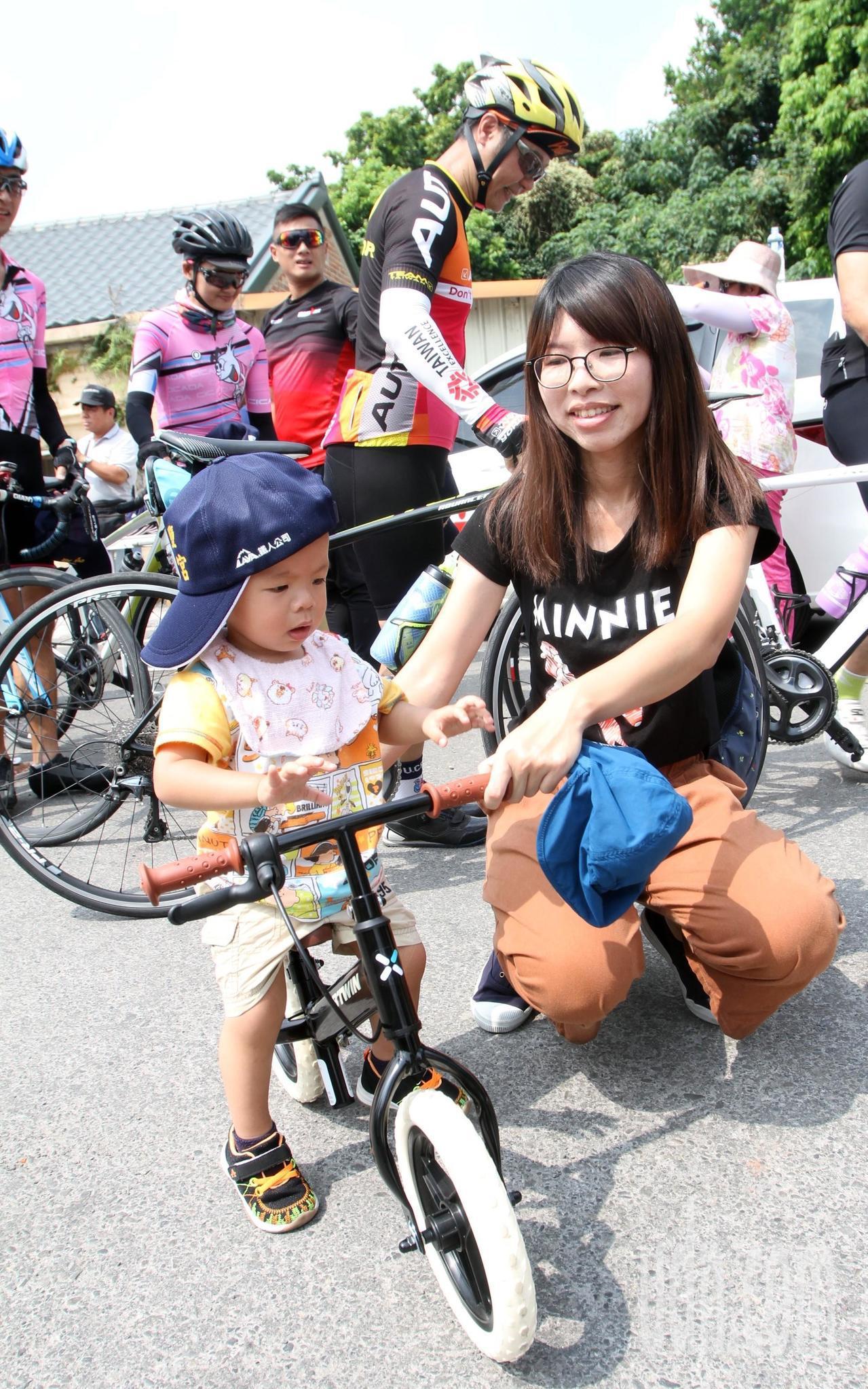 1歲多李小妹騎滑步車到場領帽。記者林敬家/攝影