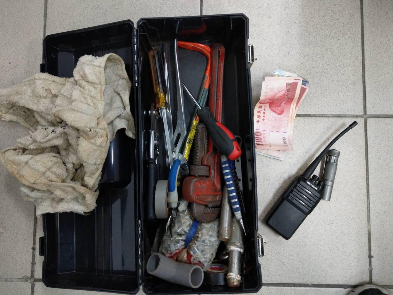 警方起出陳嫌犯案工具、贓款。記者卜敏正/翻攝