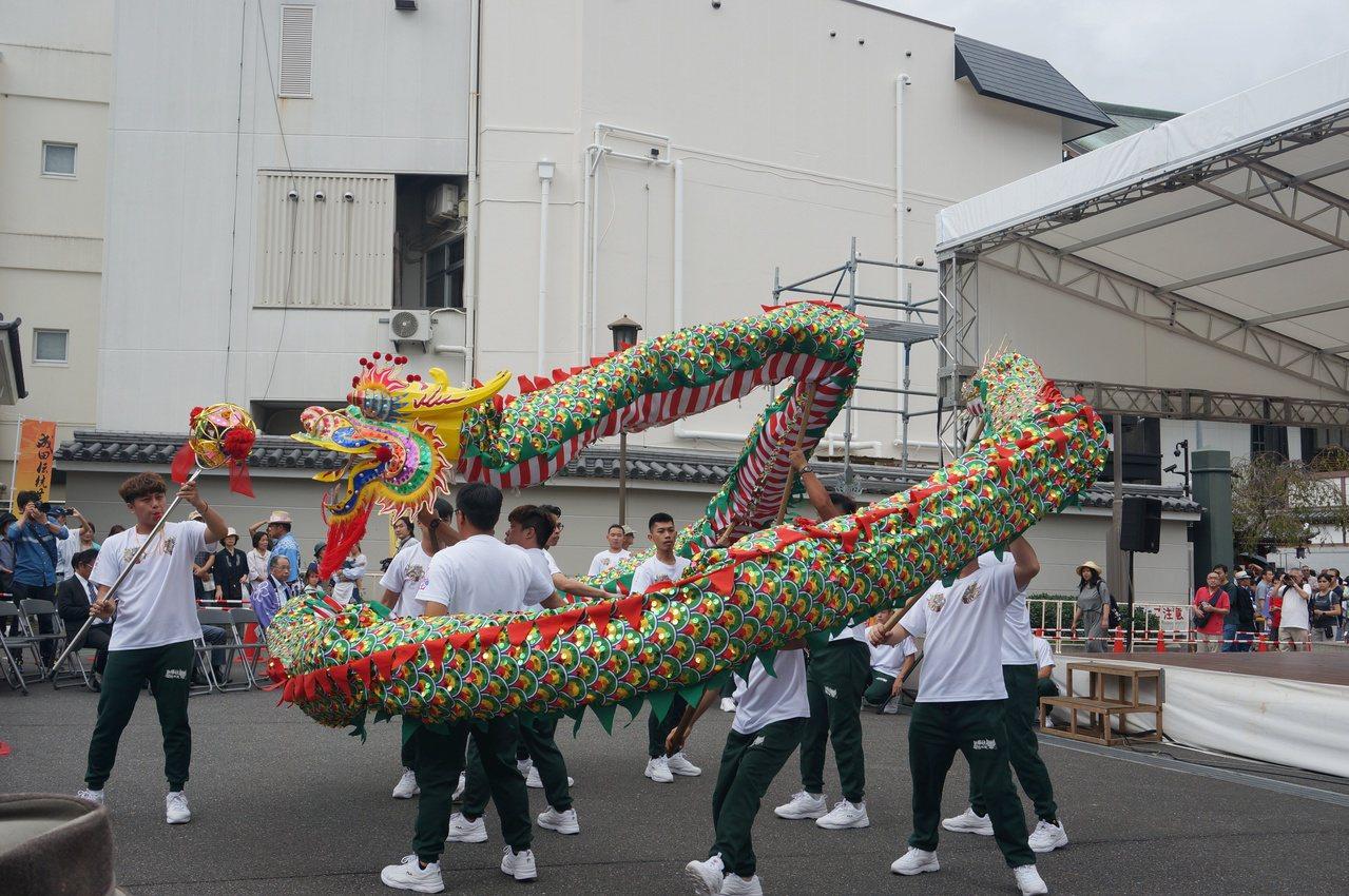 有百年歷史的新勝社飛龍團精挑25位舞龍高手到日本演出,將最好的演出呈現在日本觀眾...