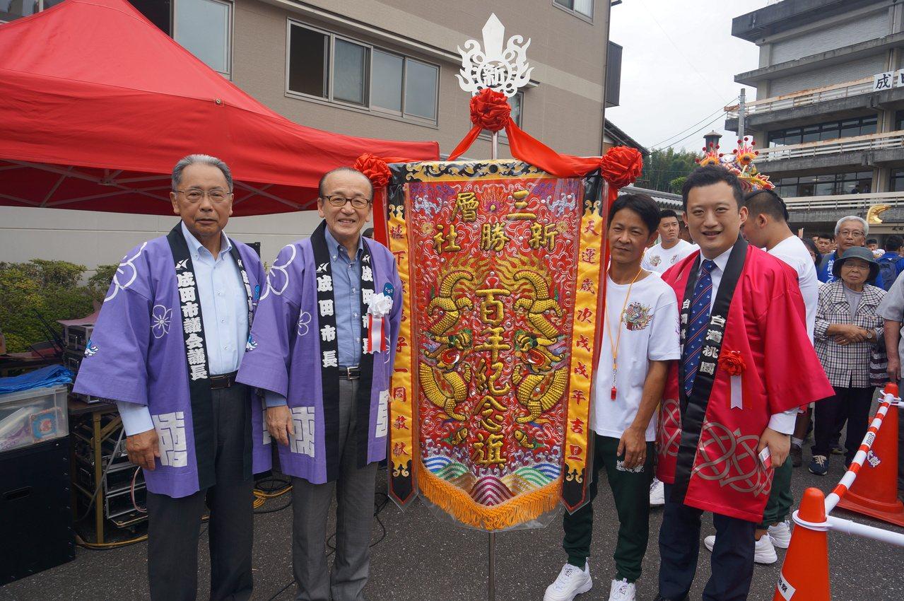 顏子傑穿上印有「台灣桃園」法被大力介紹桃園,並表示桃園和成田是緊密的朋友,兩個城...