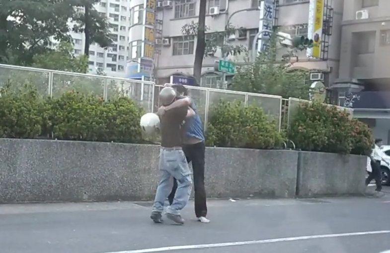 高雄榮總旁邊,昨天下午2名男子行車糾紛互毆。圖/翻攝張姓網友臉書
