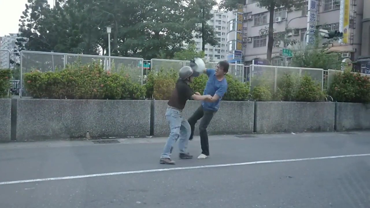 2名機車騎士當街互毆,還持安全帽猛砸。圖/翻攝張姓網友臉書