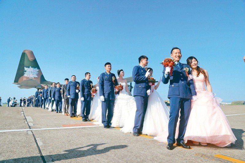 陸、海、空集團結婚報名日前結束,經國防部統計,海、空軍計有3對同性戀人報名參加國軍聯合婚禮。首場具指標性的同性婚禮,是空軍10月26日在屏東空軍基地舉行集團結婚,婚禮上將有一對男男同性婚。圖/本報資料照