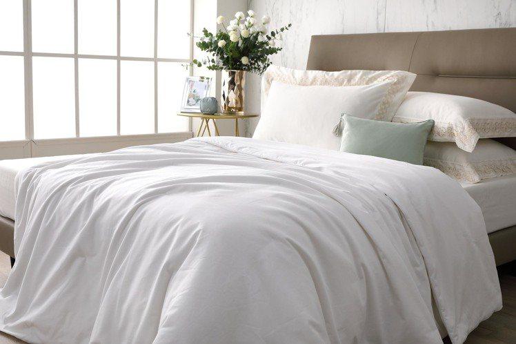 買席夢思特定床款,送價值35,000元的雲柔蠶絲被(頂級牡丹絲)。圖/席夢思提供