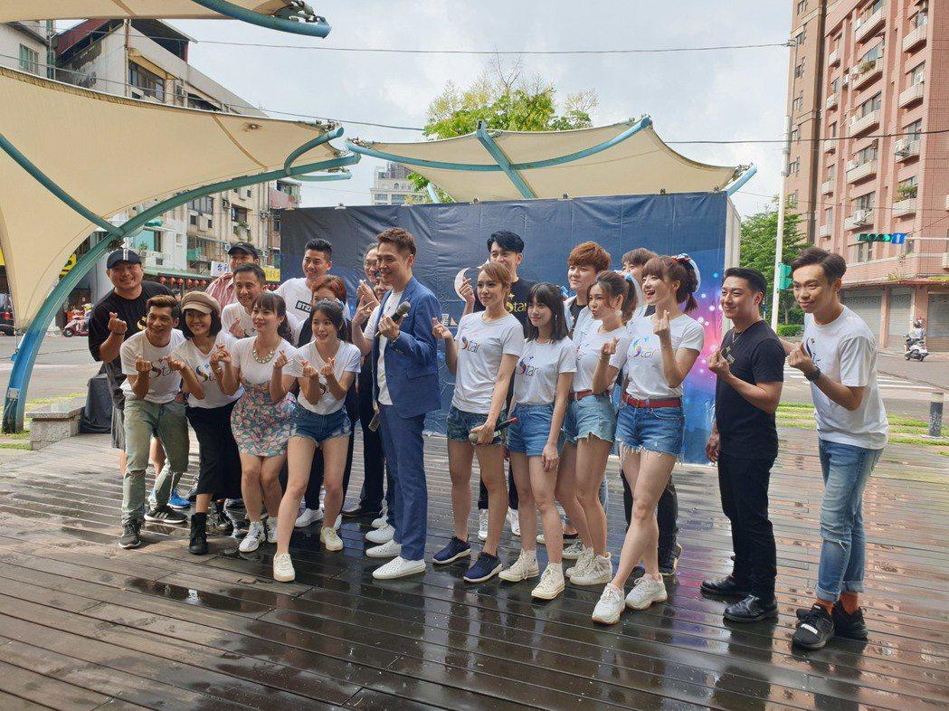 宋達民和洪百榕率眾藝人一起和社區民眾互動。記者李姿瑩/攝影