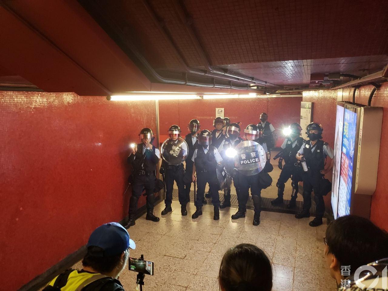 香港網友號召今下午2點到銅鑼灣東角道,要求港府回應民間五大訴求。中環站已經有警察...