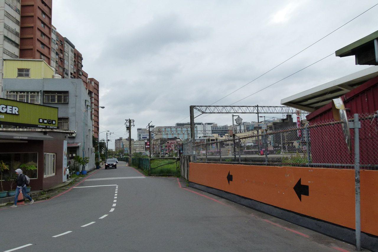 鐵路地下化以後,都發局透過都市計畫方法讓台鐵內壢站發展不再有前後站區隔影響。記者...