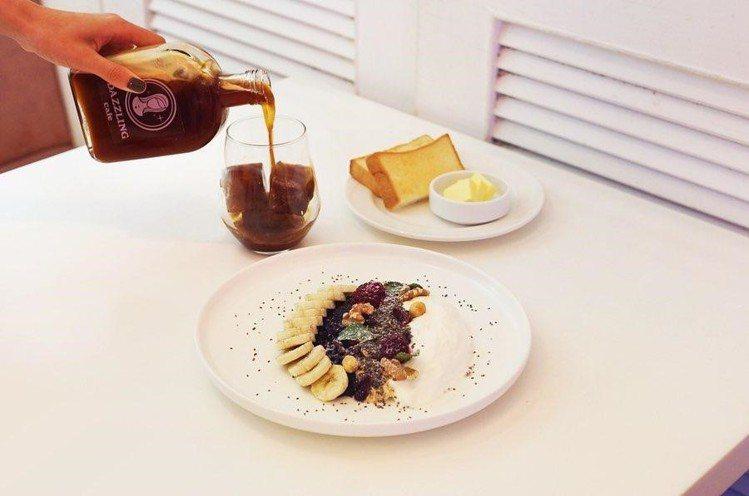 「燕麥鮮果優格」售價390元。圖/Dazzling Café提供
