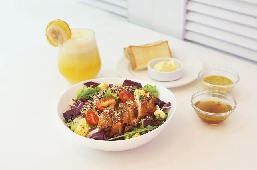 「嫩雞藜麥沙拉」售價390元。圖/Dazzling Café提供