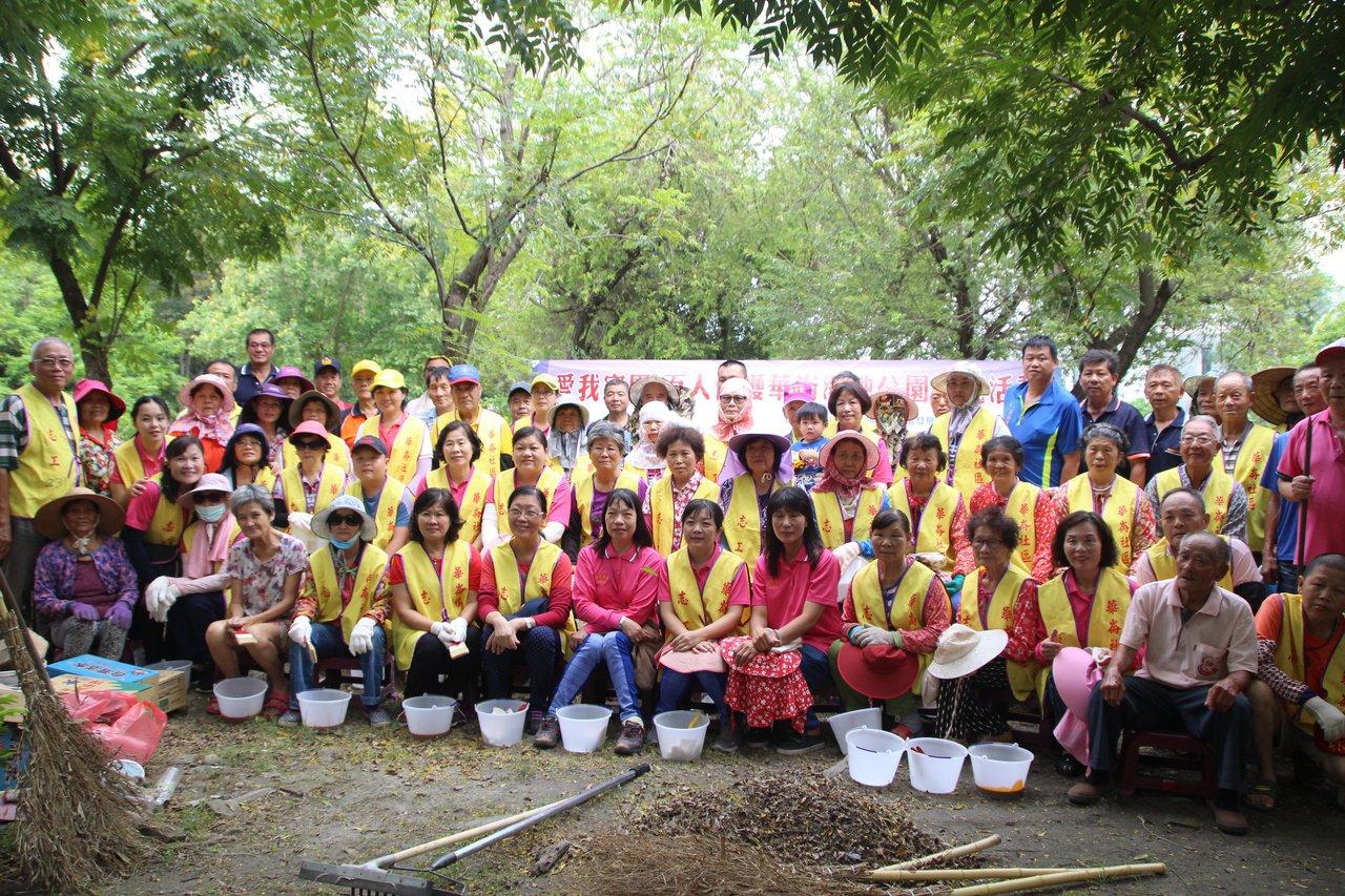 上百名志工今天出動整理華崙濕地公園。記者林敬家/攝影