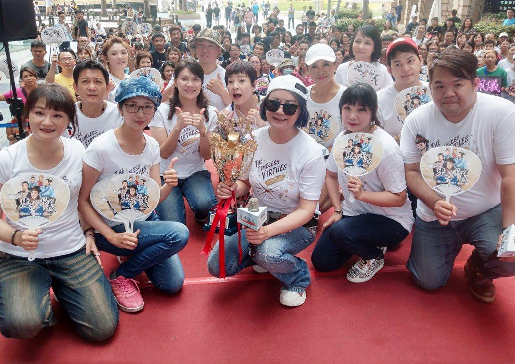 陳亞蘭(前排中)領軍楊麗花歌仔戲團員在高雄夢時代舉辦見面會。圖/麗生百合提供