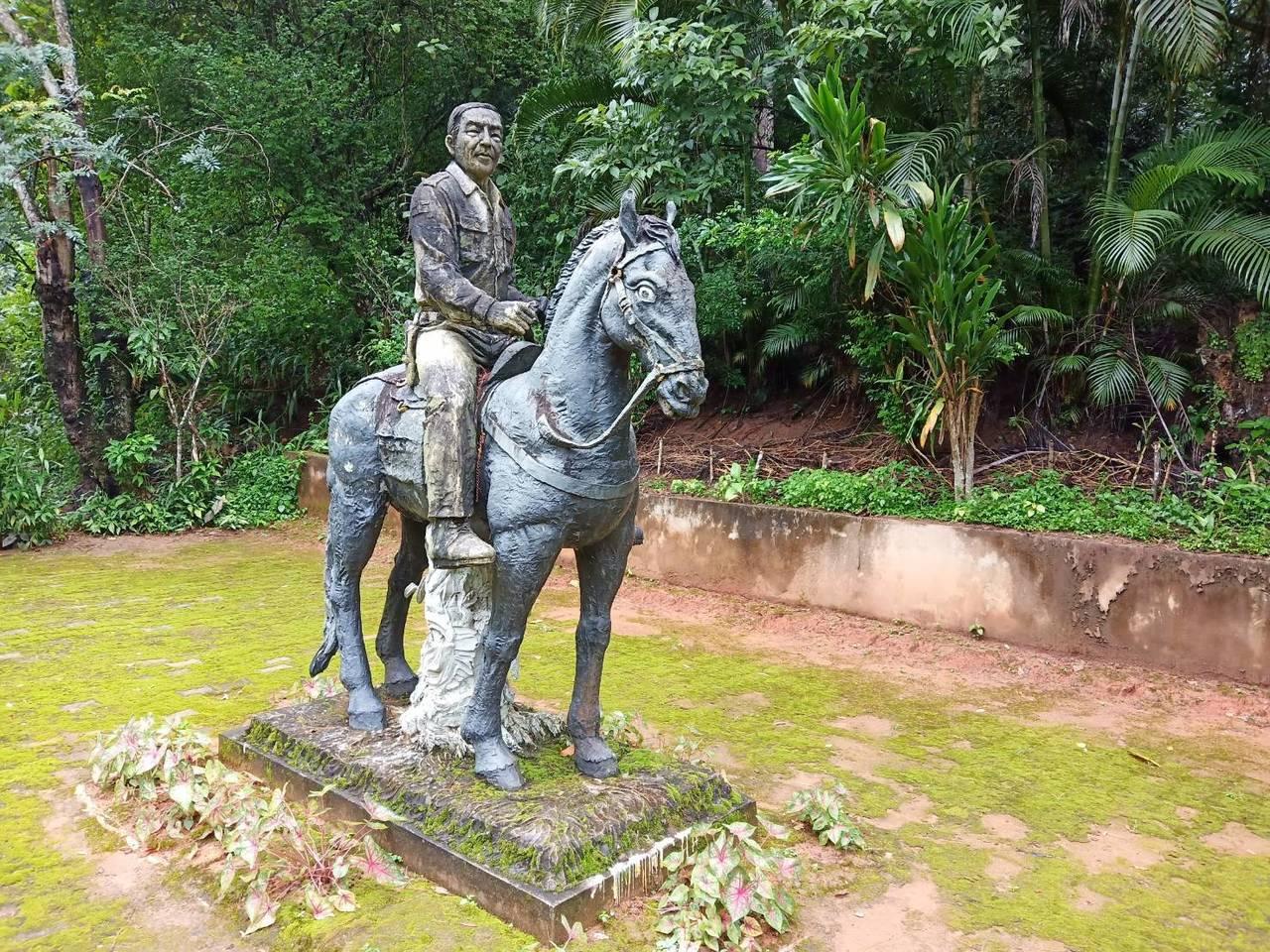 在泰北深山裡的晨曦會滿星疊戒毒村是當年毒王坤沙的毒品王國總部所在,現仍立有銅像。...